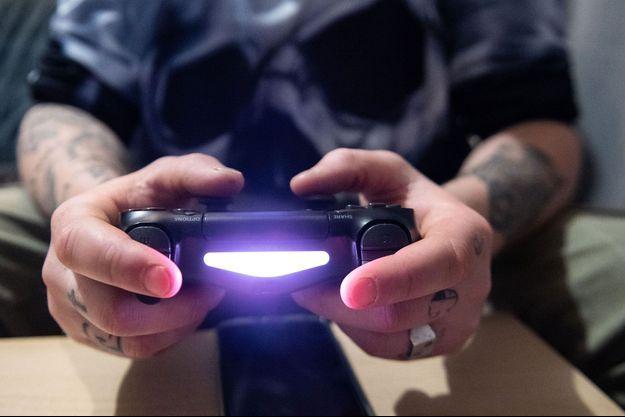 Image d'illustration. Un jeune homme jouant à la PS4.