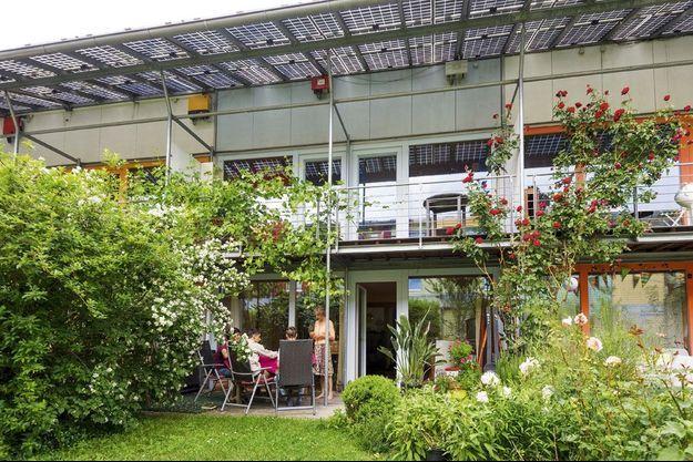 Après Paris, Astrid Mayer vit avec ses deux fils dans le quartier Vauban, où les espaces verts ont leur place protégée.