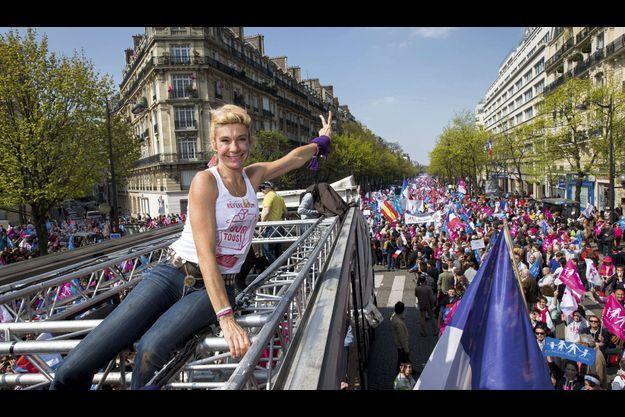 Place Denfert-Rochereau, 15 heures. Juchée sur un char sonorisé qui va descendre le boulevard Raspail (à l'arrière-plan), elle porte un tee-shirt estampillé « référendum pour tous ».