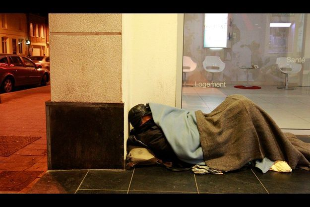 A Cambrai (Nord), un SDF dort devant une banque, malgré le froid.