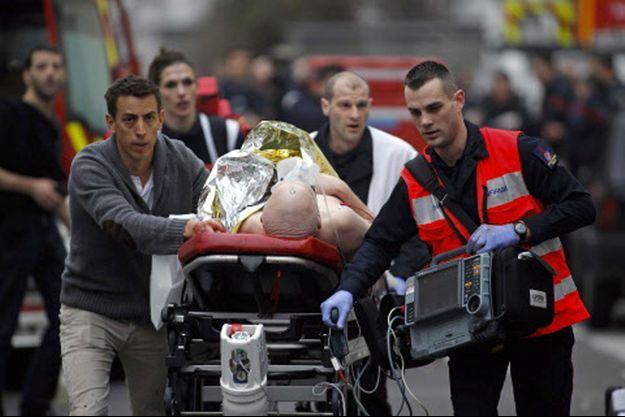Un blessé évacué après l'attaque.