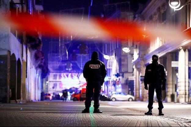 Des policiers dans le centre-ville de Strasbourg, mardi soir après la fusillade.
