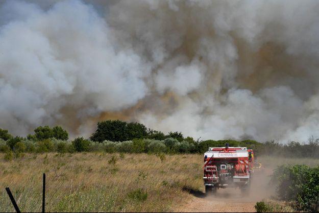 Photo prise sur le front de l'incendie de Générac, dans le Gard.
