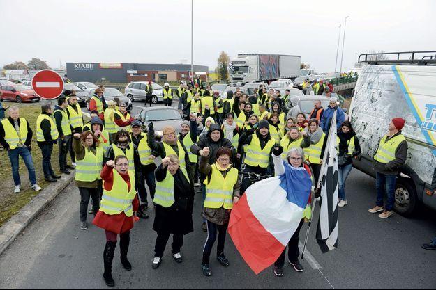 Sur le barrage de Luscanen, à Vannes (Morbihan), avec en tête Jacline Mouraud, porte-parole officieuse du mouvement, drapée dans le drapeau tricolore, celui de la Bretagne à la main.