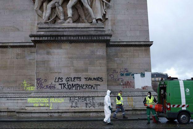 """Les """"gilets jaunes"""" accusés d'avoir saccagé l'Arc de Triomphe, en décembre 2018, ont été condamnés à des peines symboliques."""