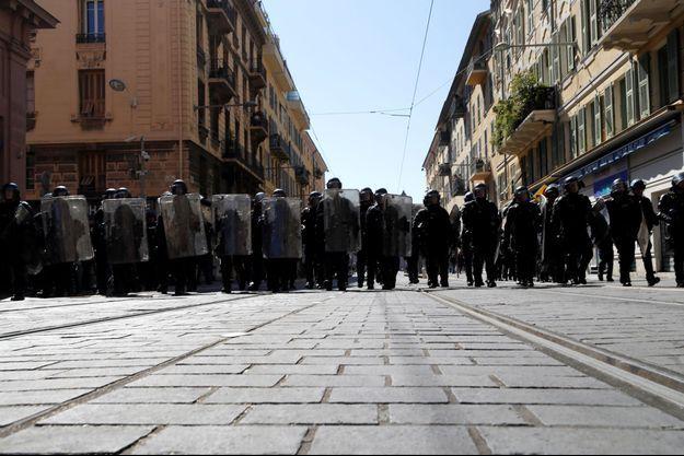 La police samedi à Nice, en place lors du rassemblement des gilets jaunes.