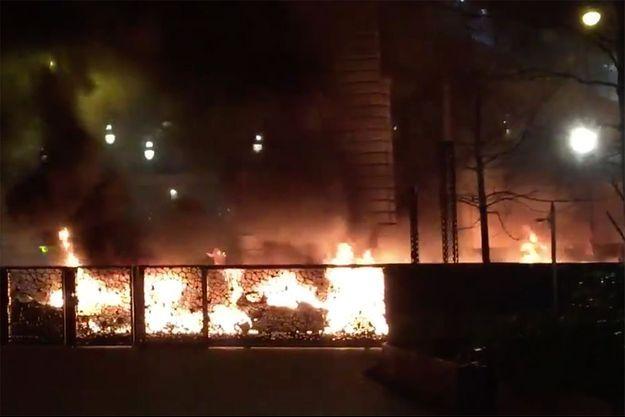 Le feu serait parti d'une première voiture avant de se propager à d'autres véhicules.