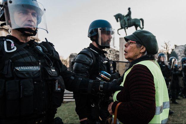 """Durant une manifestation des """"gilets jaunes"""" à Paris le 23 février."""