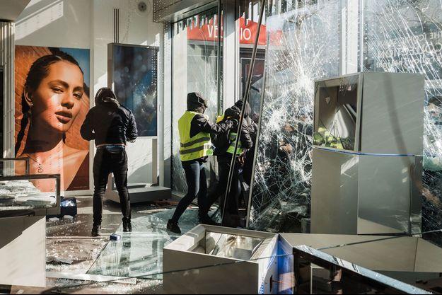 Des casseurs dans un magasin des Champs-Elysées, le 16 mars dernier.