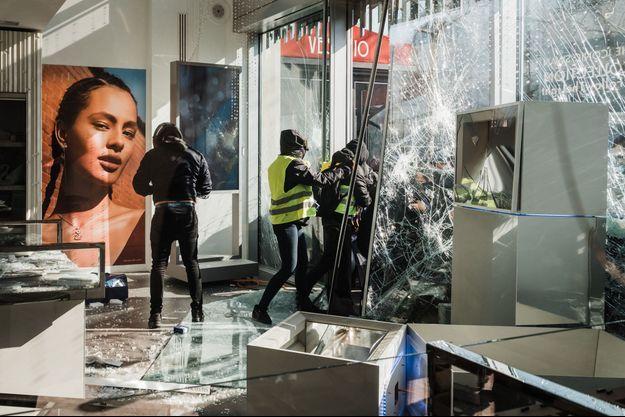"""La boutique Swarovski sur les Champs Elysées, vandalisée lors de l'acte 18 des """"gilets jaunes""""."""
