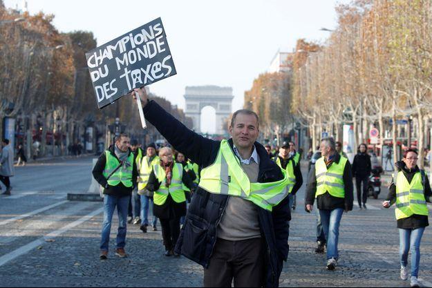 """Un """"gilet jaune"""" sur les Champs-Elysées, samedi."""