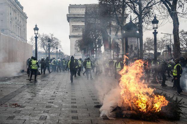 Paris, le 8 décembre 2018, à proximité de la place de l'Etoile.