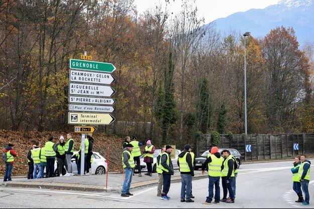 Des manifestants près de Grenoble le 17 novembre 2018.