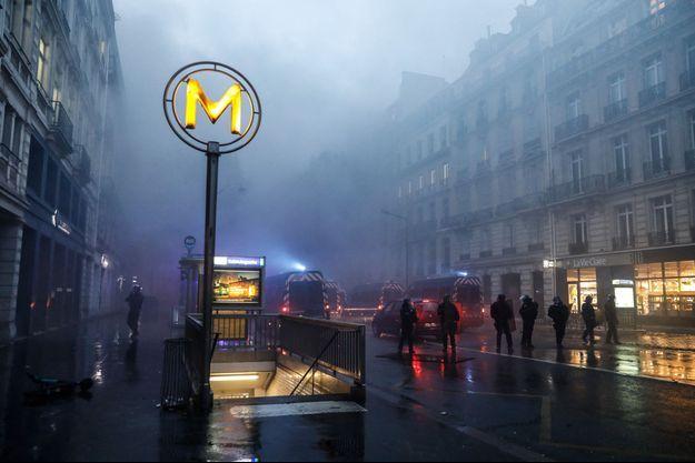 """Ici la station de métro Saint-Augustin, le 1er décembre lors des manifestations des """"gilets jaunes""""."""