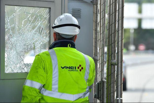 Un employé de Vincent à la porte d'un péage pris pour cible par des manifestants, à Marseille.
