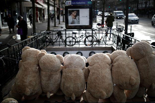 La station Les Gobelins, fermée samedi mais cernée d'ours en peluches.