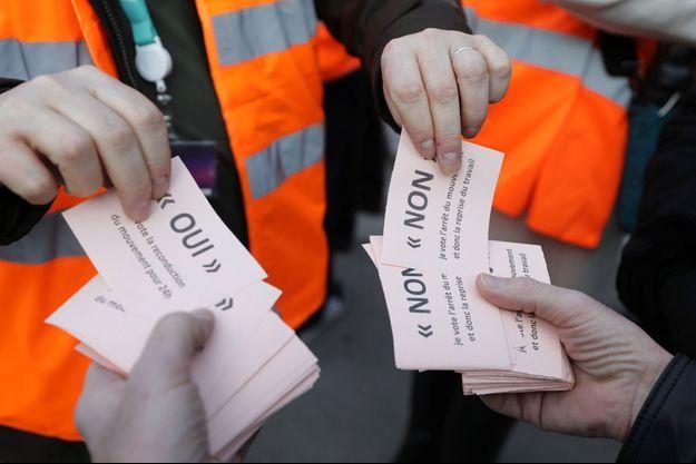 Les cheminots organisent un vote sur la continuité de la grève à la SNCF.