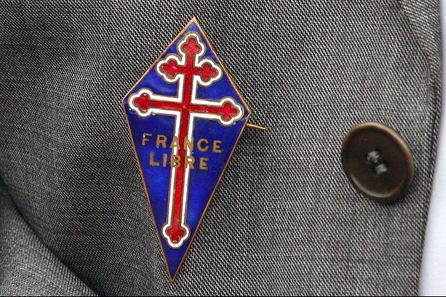 Un ancien combattant porte la médaille de la France libre, lors d'une cérémonie au Mont Valérien, le 18 juin 2009.