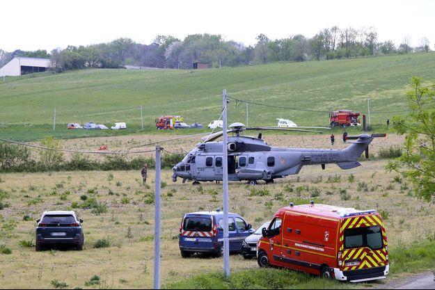 Les secours sur le lieu du crash, à Bouilh-Devant, dans les Hautes-Pyrénées, mercredi.
