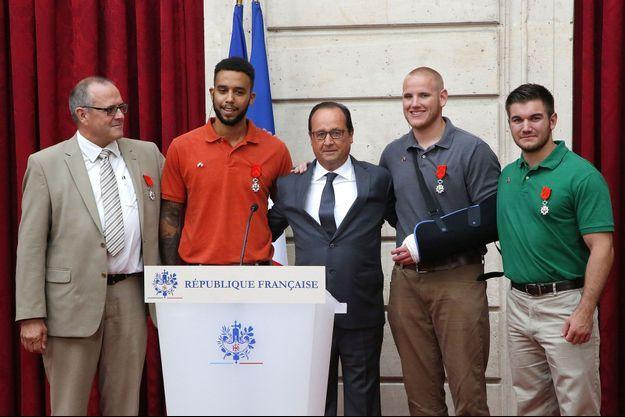 Chris Norman, Anthony Sadler, François Hollande, Spencer Stone et Alek Skarlatos, à l'Elysée.