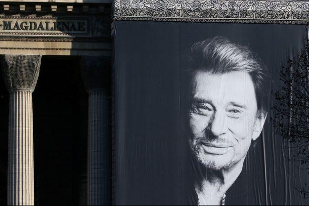 Un immense portrait de Johnny Hallyday orne l'église de la Madeleine à Paris.