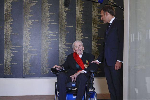 Avec le président Macron, au musée de l'Ordre de la Libération devant le marbre où sont gravés les noms des 1 038 Compagnons.