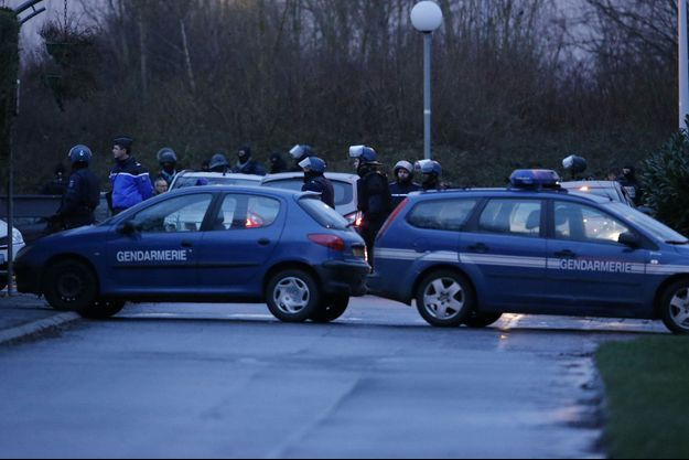Les gendarmes, autour de l'imprimerie de Dammartin-en-Goële