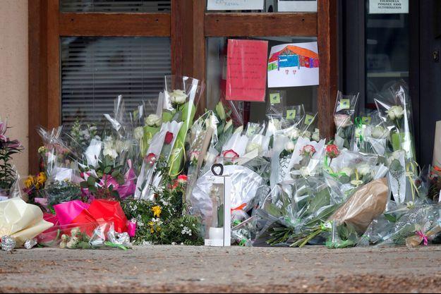 Emotion et marques de soutien au collège du Bois d'Aulne, au lendemain de la mort de Samuel Paty.