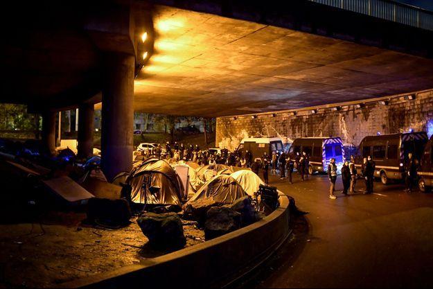Une importante opération d'évacuation de deux campements regroupant entre 600 et 1200 migrants à Paris.