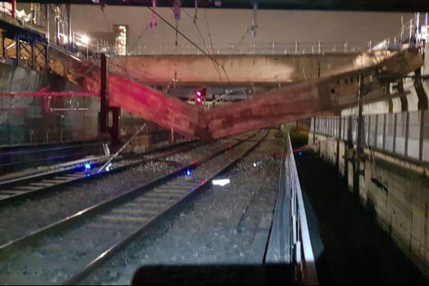 La poutre en béton de près de 300 tonnes a chuté sur les voies du RER C.