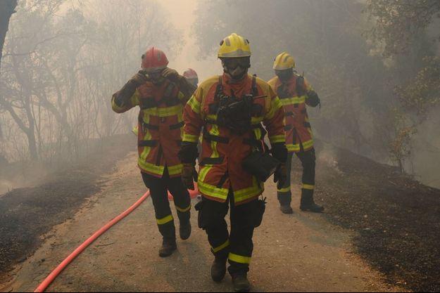 Les soldats du feu combattent toujours un violent incendie dans le Var.