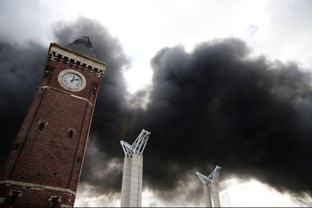 La fumée au dessus de Rouen, jeudi matin.