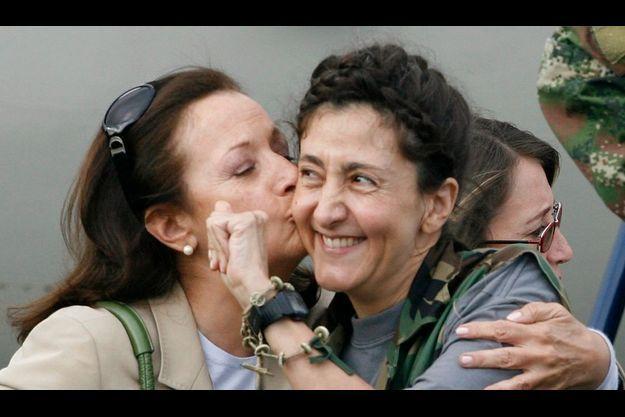 Le jour de sa libération, avec sa mère Yolanda Pulecio.