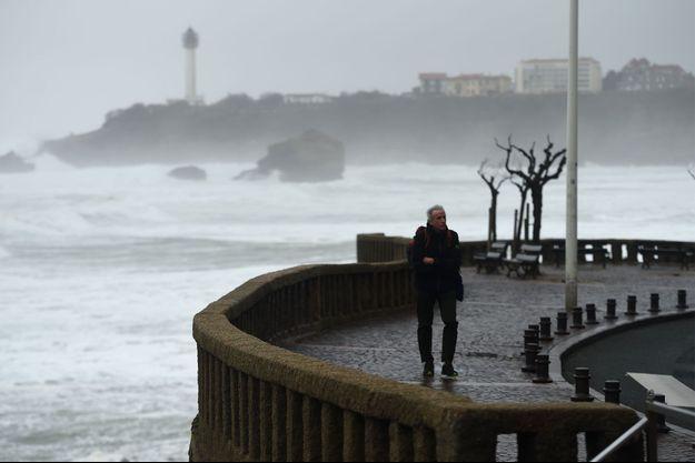 Un homme marche en pleine tempête à Biarritz.