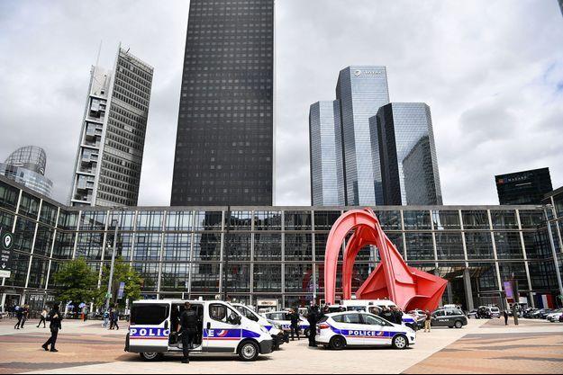 Déploiement policier à La Défense, mardi.