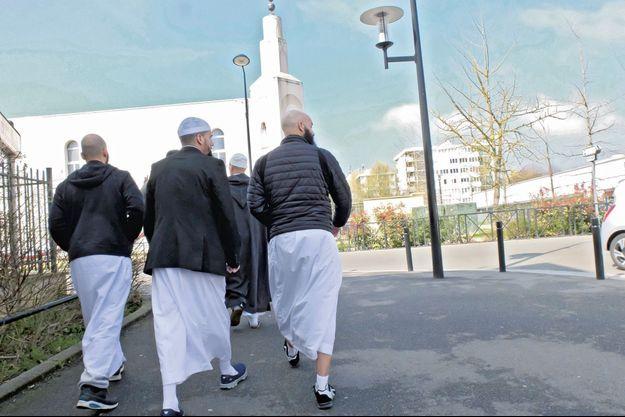 Devant la mosquée En-Nour, gérée par l'Union des musulmans de Trappes, vendredi 1er avril.