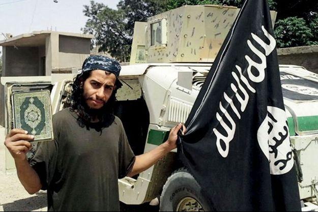 Abaaoud devant le drapeau de l'EI.