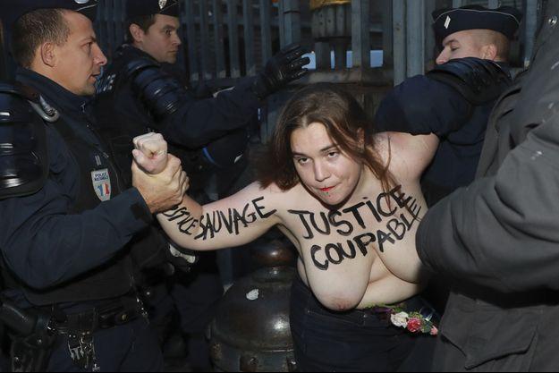 Une Femen, vendredi, à Paris.
