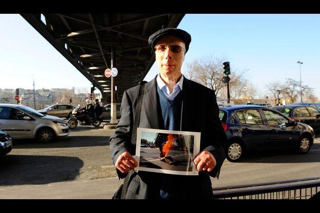 Mohammad Vakyli Far, 52 ans aujourd'hui, est revenu sur les lieux de son suicide manqué, le pont de Bir-Hakeim, à Paris.