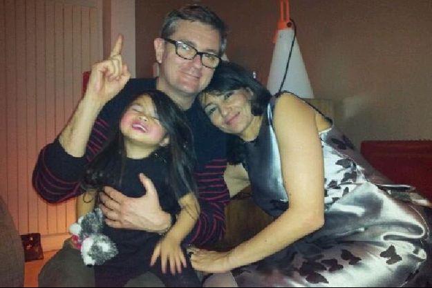 Jeannette Bougrab et Charb avaient passé ensemble le réveillon du 31 décembre dernier. L'occasion de poser, une dernière fois, tous les deux avec la fille de Jeannette.