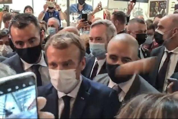 Capture d'écran d'une vidéo de LyonMag.com où l'on voit le projectile arriver sur le chef de l'Etat.