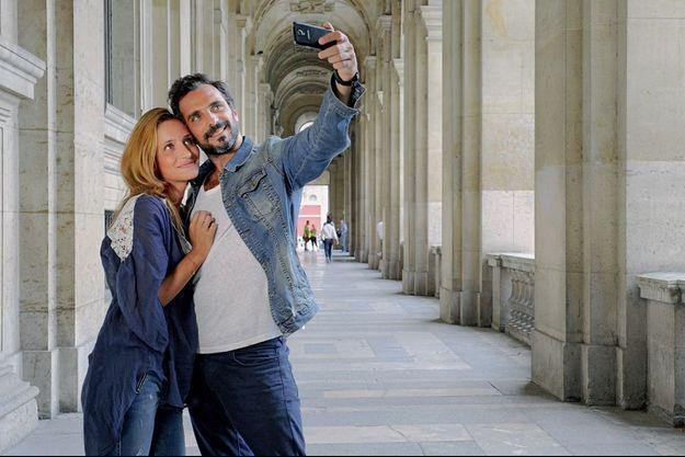 Un an après toujours ensemble. Promenade romantique au Louvre, le 13 juillet, pour Justine, 25 ans, et Polo, 36 ans, qui se sont rencontrés sur Tinder et selfie obligatoire.