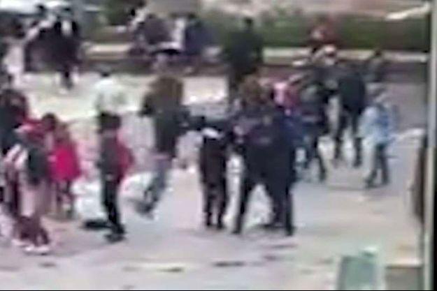 Le moment précis de l'assaut : Farid Ikken frappe avec un marteau un policier en faction.