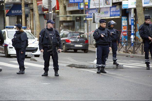 La police non loin du commissariat de la Goutte d'Or, à Paris.
