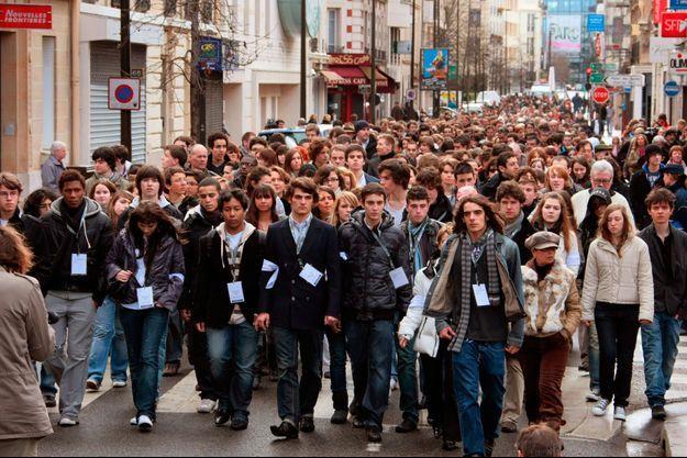 Mars 2009. Marche silencieuse à Levallois-Perret à la mémoire de Cécile, la lycéenne tuée le 22 février dans un attentat au Caire.