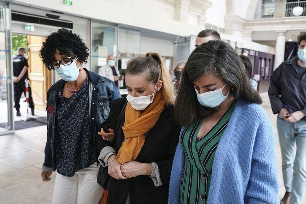 Valérie Bacot (au centre) arrive au tribunal de Chalon-sur-Saône jeudi.