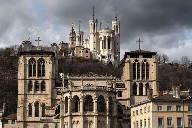 La cathédrale Saint-Jean et la basilique Notre-Dame de Fourvière à Lyon.