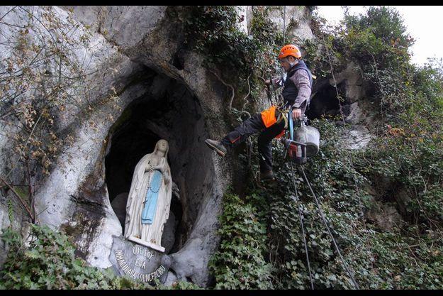 L'entrée de la grotte de Lourdes lors de travaux en janvier dernier.