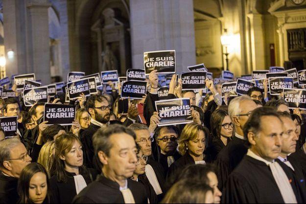 Les avocats pendant la minute de silence au Tribunal de Grande Instance (TGI) de Paris jeudi.
