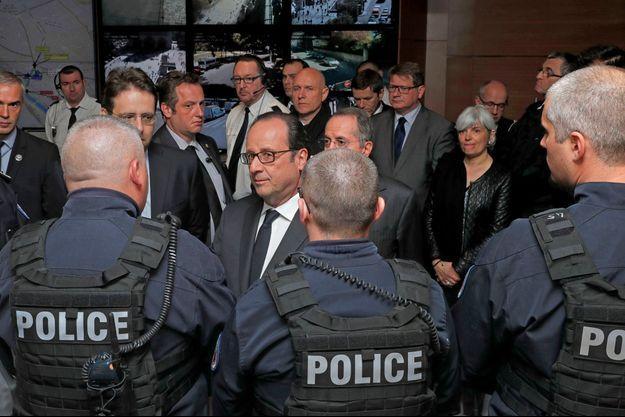 François Hollande a rencontré des policiers ce matin, à Paris.